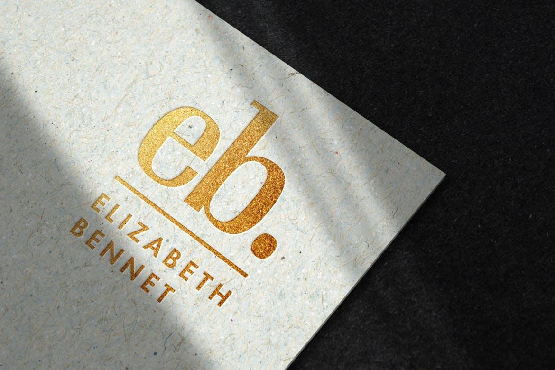 再生纸上的豪华金色徽标样机展示